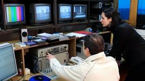 Verwiesen durch Fernsehstudio stock footage