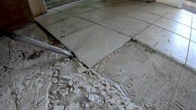 Verwijder de oude keramische tegels uit de vloer stock video