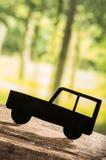 Verwijderd autosilhouet over bosachtergrond Stock Afbeelding