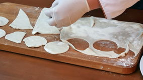 Verwijderde cirkels van ruwe koekjesdeeg gerolde naad op een houten raad stock footage