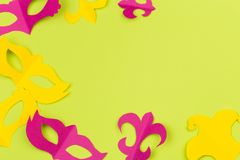 Verwijderde gekleurde document cijfers voor de vakantie Mardi Gras, kleurenachtergrond stock afbeelding