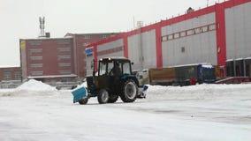 Verwijderend sneeuw met ploeg, sluit omhoog van ijzersneeuwploeg die heel wat sneeuw weg duwen stock videobeelden