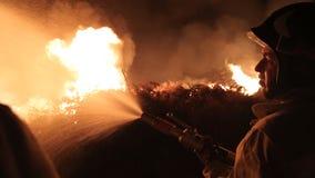 Verwijdering van brand op het gebied bij nacht stock footage