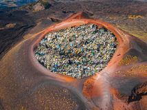 Verwijderingspuin in krater van vulkaan Concept recyclingsafval en plastiek door brand en temperatuur stock afbeelding