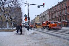 Verwijdert de sneeuw-verwijderende machine sneeuw in de winter Royalty-vrije Stock Afbeelding