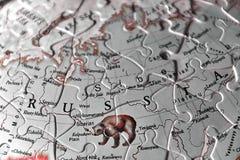 Verwirren Sie Karte und die Buchstaben des Ländernamen von Russland im blac lizenzfreie stockbilder