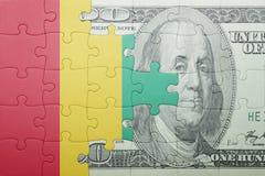 Verwirren Sie mit der Staatsflagge der Guine- und Dollarbanknote lizenzfreies stockbild