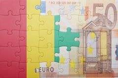 Verwirren Sie mit der Staatsflagge der Guine- und Eurobanknote lizenzfreie stockfotos