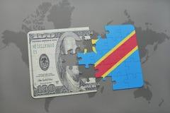 verwirren Sie mit der Staatsflagge des Demokratischen Republiken Kongo und der Dollarbanknote auf einem Weltkartehintergrund Lizenzfreie Stockbilder