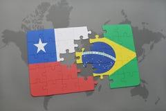 verwirren Sie mit der Staatsflagge des Paprikas und des Brasiliens auf einem Weltkartehintergrund Stockfoto
