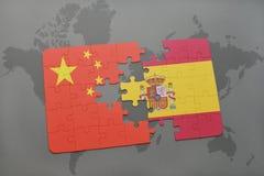 verwirren Sie mit der Staatsflagge des Porzellans und des Spaniens auf einem Weltkartehintergrund Lizenzfreie Stockfotografie