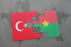 verwirren Sie mit der Staatsflagge des Truthahns und des Burkina Fasos auf einer Weltkarte Stockfotografie