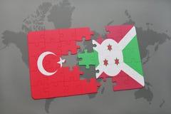 verwirren Sie mit der Staatsflagge des Truthahns und des Burundis auf einer Weltkarte Stockfotos