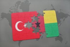 verwirren Sie mit der Staatsflagge des Truthahns und des Guinea-Bissaus auf einer Weltkarte Lizenzfreie Stockfotografie