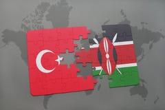 verwirren Sie mit der Staatsflagge des Truthahns und des Kenias auf einer Weltkarte Stockbilder