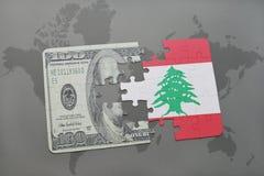 verwirren Sie mit der Staatsflagge vom Libanon und von Dollarbanknote auf einem Weltkartehintergrund Stockfoto