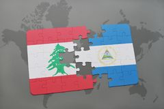 verwirren Sie mit der Staatsflagge vom Libanon und von Nicaragua auf einem Weltkartehintergrund Lizenzfreie Stockfotografie