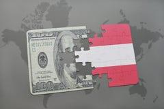 verwirren Sie mit der Staatsflagge von Österreich und von Dollarbanknote auf einem Weltkartehintergrund Lizenzfreie Stockfotografie