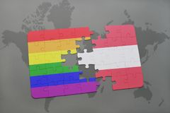 verwirren Sie mit der Staatsflagge von Österreich und von homosexueller Regenbogenflagge auf einem Weltkartehintergrund Lizenzfreies Stockbild