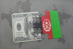 verwirren Sie mit der Staatsflagge von Afghanistan und von Dollarbanknote auf einem Weltkartehintergrund Lizenzfreie Stockfotografie