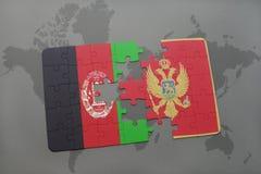verwirren Sie mit der Staatsflagge von Afghanistan und von Montenegro auf einem Weltkartehintergrund Stockfotos