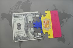verwirren Sie mit der Staatsflagge von Andorra und von Dollarbanknote auf einem Weltkartehintergrund Stockbilder