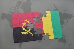 verwirren Sie mit der Staatsflagge von Angola und von Guine auf einer Weltkarte vektor abbildung