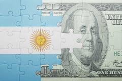 Verwirren Sie mit der Staatsflagge von Argentinien- und Dollarbanknote stockbilder