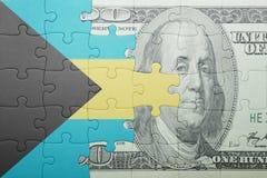 Verwirren Sie mit der Staatsflagge von Bahamas und von Dollarbanknote Lizenzfreie Stockfotografie