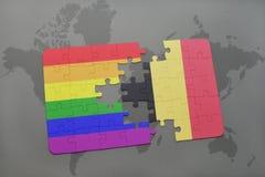 verwirren Sie mit der Staatsflagge von Belgien und von homosexueller Regenbogenflagge auf einem Weltkartehintergrund Lizenzfreie Stockfotos