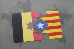 verwirren Sie mit der Staatsflagge von Belgien und von Katalonien auf einem Weltkartehintergrund Stockfotos