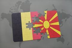 verwirren Sie mit der Staatsflagge von Belgien und von Macedonia auf einem Weltkartehintergrund Lizenzfreie Stockbilder