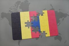 verwirren Sie mit der Staatsflagge von Belgien und von Rumänien auf einem Weltkartehintergrund Stockfoto