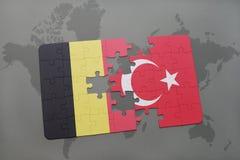 verwirren Sie mit der Staatsflagge von Belgien und Truthahn auf einem Weltkartehintergrund Stockbild
