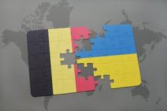 verwirren Sie mit der Staatsflagge von Belgien und von Ukraine auf einem Weltkartehintergrund Lizenzfreies Stockbild