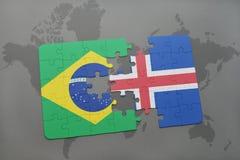 verwirren Sie mit der Staatsflagge von Brasilien und von Island auf einem Weltkartehintergrund Lizenzfreies Stockfoto