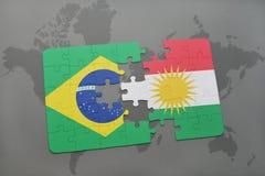 verwirren Sie mit der Staatsflagge von Brasilien und von Kurdistan auf einem Weltkartehintergrund Lizenzfreies Stockbild