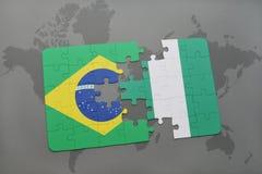 verwirren Sie mit der Staatsflagge von Brasilien und von Nigeria auf einem Weltkartehintergrund Lizenzfreie Stockfotografie