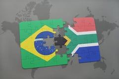 verwirren Sie mit der Staatsflagge von Brasilien und von Südafrika auf einem Weltkartehintergrund Stockfoto