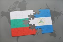 verwirren Sie mit der Staatsflagge von Bulgarien und von Nicaragua auf einer Weltkarte Lizenzfreie Stockfotografie