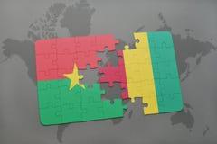 verwirren Sie mit der Staatsflagge von Burkina Faso und von Guine auf einer Weltkarte stock abbildung