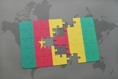 verwirren Sie mit der Staatsflagge von Cameroon und von Guine auf einer Weltkarte stock abbildung