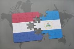verwirren Sie mit der Staatsflagge von den Niederlanden und von Nicaragua auf einem Weltkartehintergrund Stockbilder