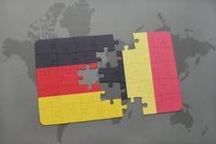 verwirren Sie mit der Staatsflagge von Deutschland und von Belgien auf einem Weltkartehintergrund Stockfoto