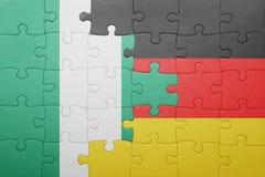 Verwirren Sie mit der Staatsflagge von Deutschland und von Nigeria stockfotos
