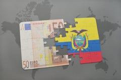 verwirren Sie mit der Staatsflagge von Ecuador und von Eurobanknote auf einem Weltkartehintergrund Lizenzfreie Stockfotos