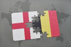 verwirren Sie mit der Staatsflagge von England und von Belgien auf einem Weltkartehintergrund Stockfoto