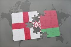 verwirren Sie mit der Staatsflagge von England und von Weißrussland auf einem Weltkartehintergrund Stockbilder