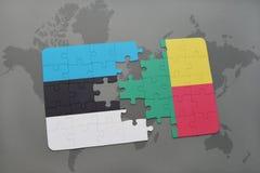 verwirren Sie mit der Staatsflagge von Estland und von Benin auf einer Weltkarte Stockbilder