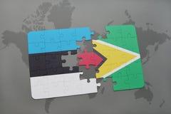 verwirren Sie mit der Staatsflagge von Estland und von Guyana auf einer Weltkarte Stockfoto